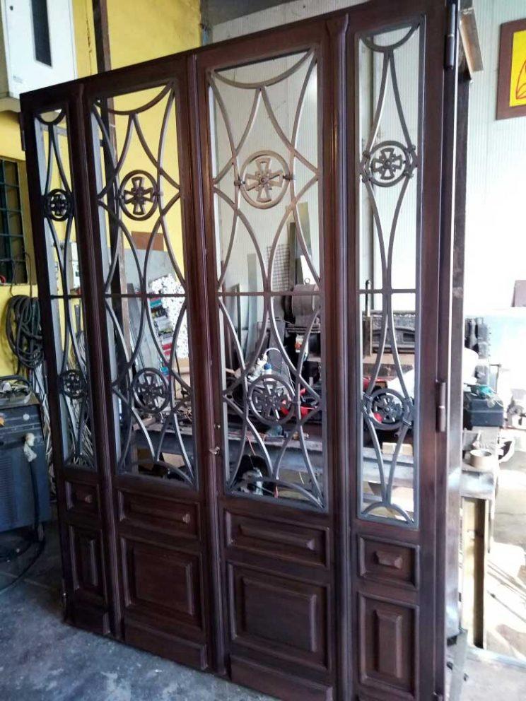 """Porta """"Salem"""" Struttura acciaio effetto legno e acciaio lavorato. Chiesa in Ecuador."""