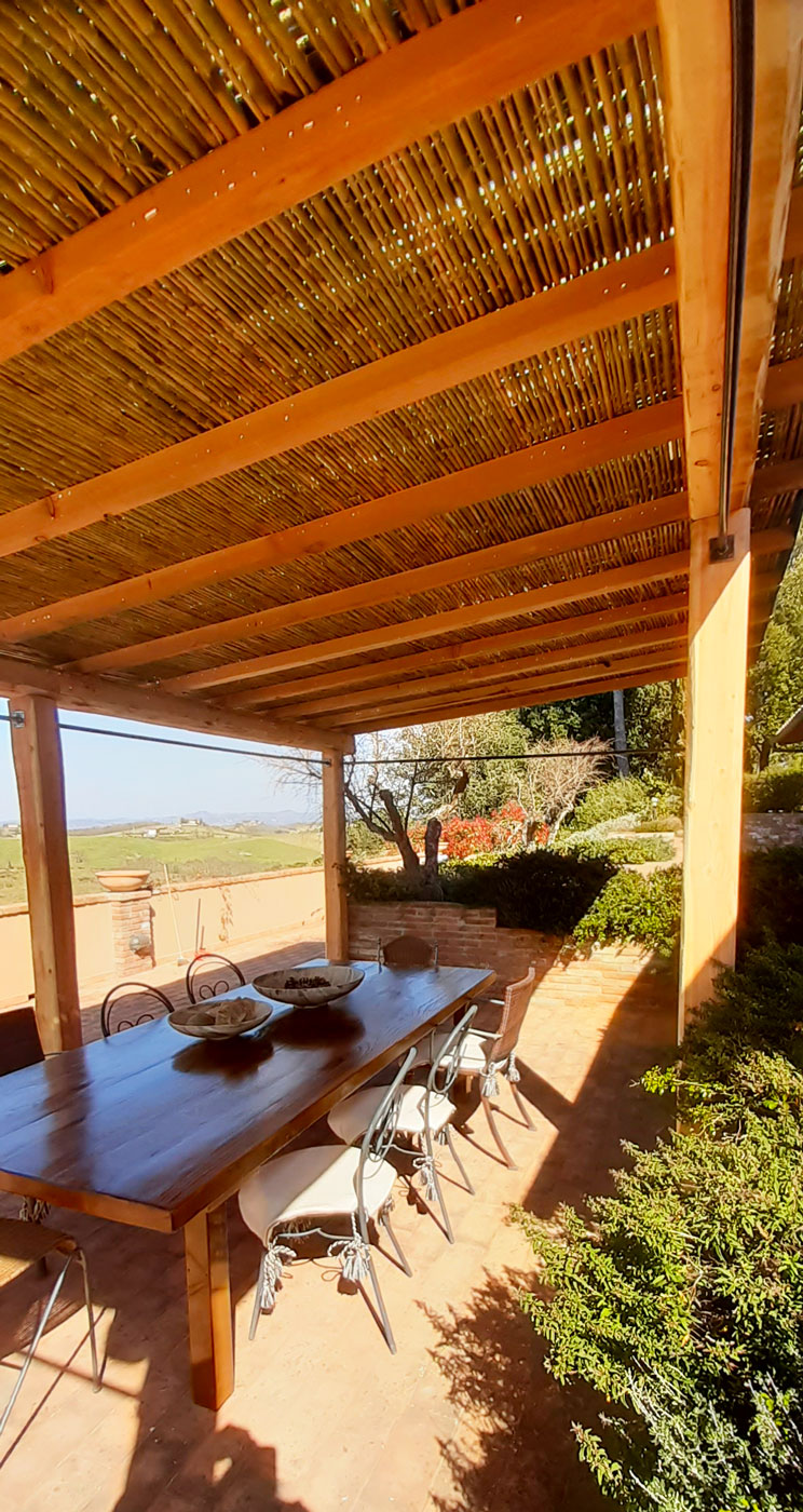 Pergola in legno con copertura stuoia canna napoletana