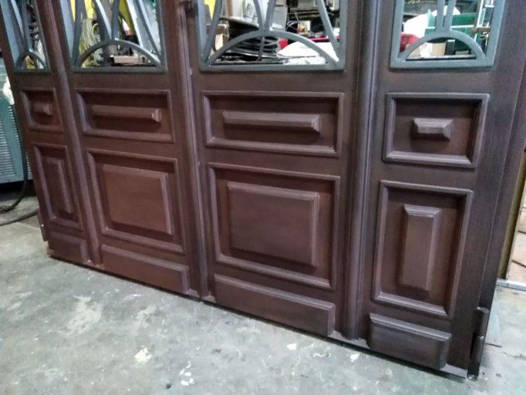 Dettaglio portone ferro effetto legno